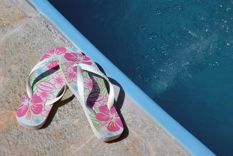 Тапочки для бассейна: ходи безопасно и защищай свои ноги