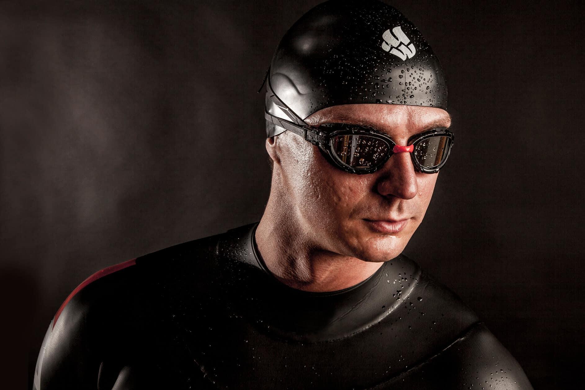 Неопреновый костюм, мокрый гидрокостюм и инвентарь для плавания на открытой воде